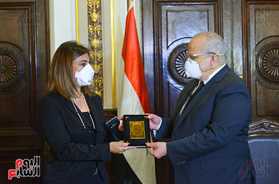 رئيس جامعة القاهرة يكرم أسرة شهيد الجيش الأبيض بقصر العينى (6)