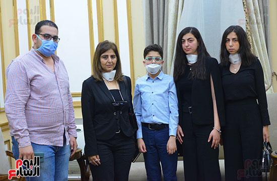رئيس جامعة القاهرة يكرم أسرة شهيد الجيش الأبيض بقصر العينى (14)