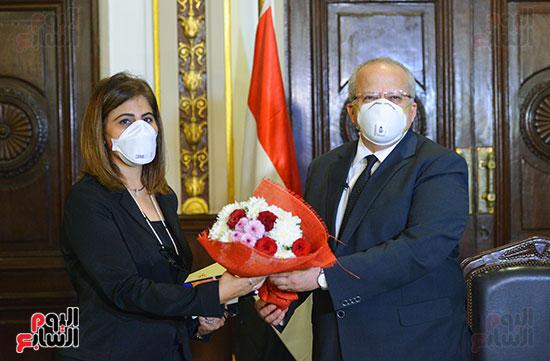 رئيس جامعة القاهرة يكرم أسرة شهيد الجيش الأبيض بقصر العينى (5)