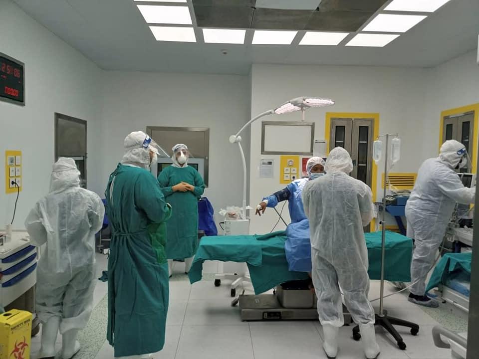 جانب من عملية الولادة داخل مستشفى العزل الصحى بإسنا