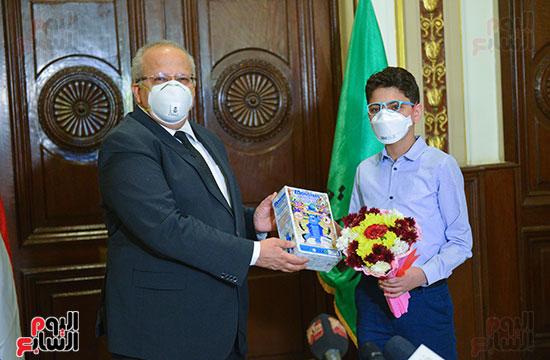 رئيس جامعة القاهرة يكرم أسرة شهيد الجيش الأبيض بقصر العينى (13)