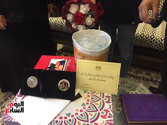 60616--أسرة-الدكتور-أحمد-اللواح-فى-بورسعيد-تتسلم-هدية-السيسي-(1)