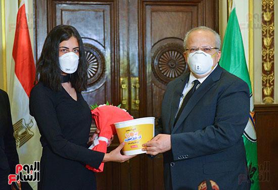 رئيس جامعة القاهرة يكرم أسرة شهيد الجيش الأبيض بقصر العينى (12)
