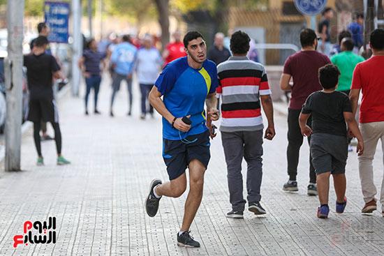 الشباب في الجري قبل الفطار