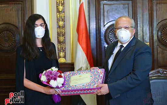 رئيس جامعة القاهرة يكرم أسرة شهيد الجيش الأبيض بقصر العينى (11)