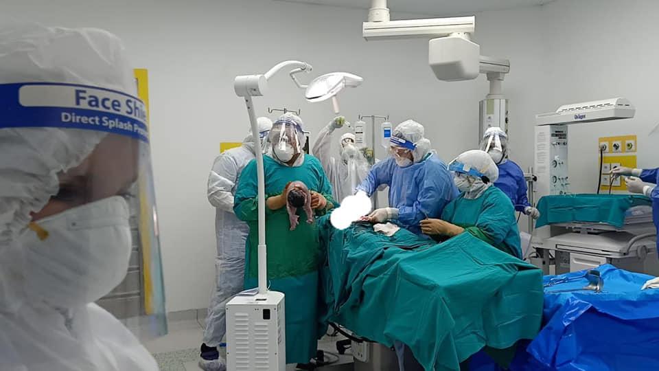 الفريق الطبى بالمستشفى خلال عملية الولادة