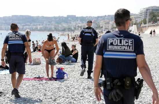 الشرطة تتابع تطبيق إجراءات التباعد الاجتماعى