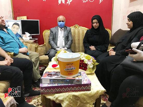 65143-أسرة-الممرض-السيد-المحسناوى-تتسلم-هدية-الرئيس-السيسى-(13)
