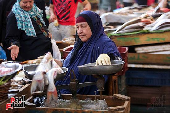 الاقبال على سوق السمك قبل العيد (4)