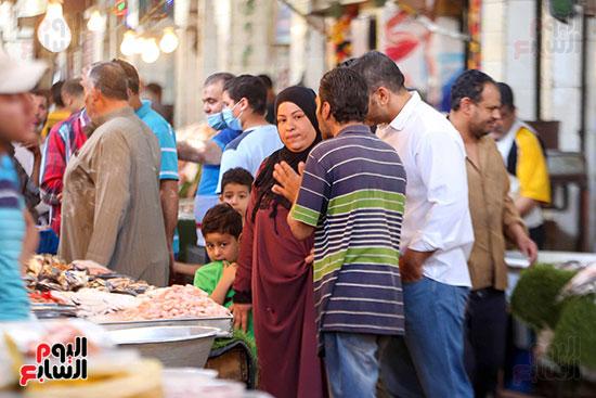 أقبال على سوق السمك (2)