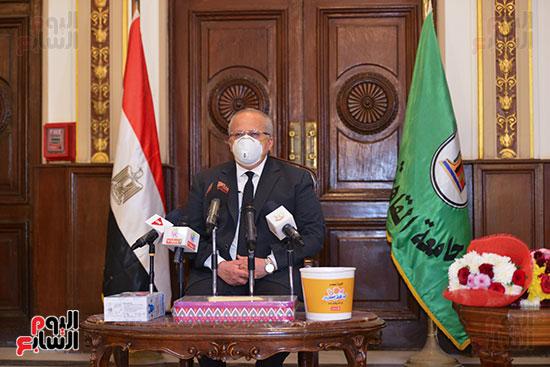 رئيس جامعة القاهرة يكرم أسرة شهيد الجيش الأبيض بقصر العينى (17)