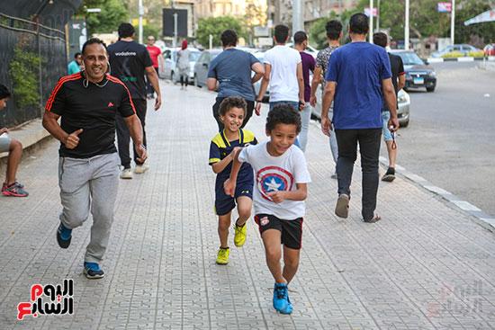 مجموعة من الاطفال تجري