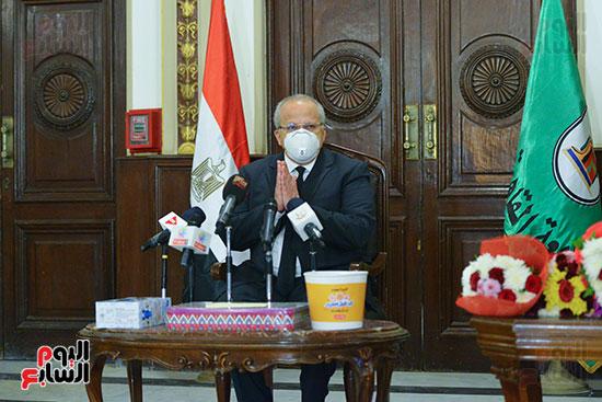 رئيس جامعة القاهرة يكرم أسرة شهيد الجيش الأبيض بقصر العينى (1)