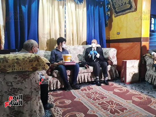 74325--أسرة-الدكتور-أحمد-دارز-بالشرقية-تتسلم-هدية-الرئيس-(9)