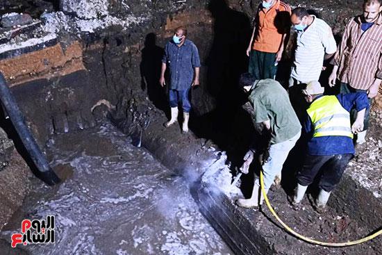 رئيس شركة مياه الجيزة يتابع أعمال الإصلاح (2)
