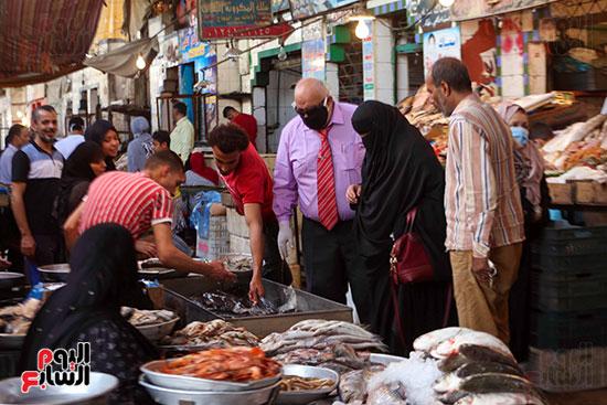 أقبال على سوق السمك (1)