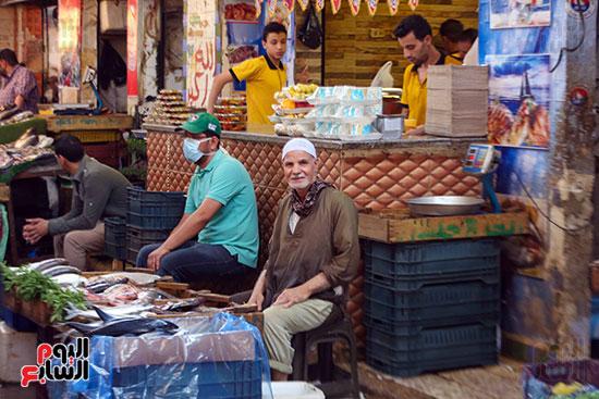 الاقبال على سوق السمك قبل العيد (5)