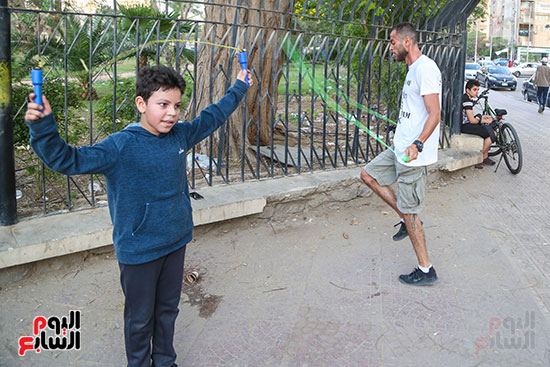 مجموعه من الشباب والاطفال يمارسون الرياضة