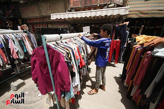 تنظيم الملابس على الشماعه