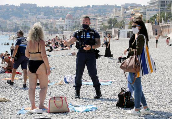 شرطى يتحدث للمصيفين