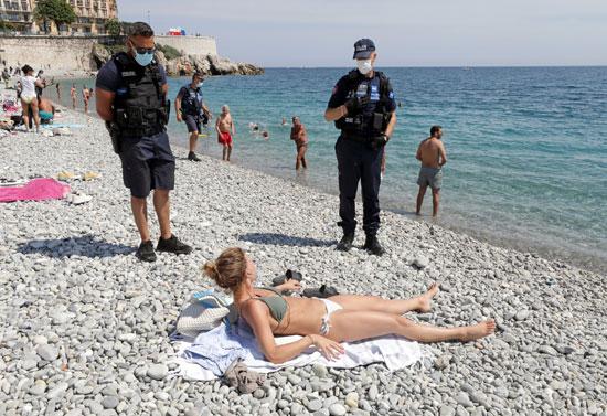 الشرطة تتحدث لرواد الشاطىء