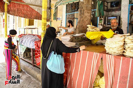 عملاء يشترون الرقاق قبل عيد الفطر