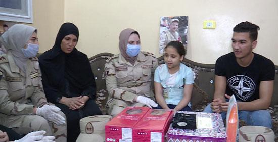 السيسى يقدم هدايا عينية ومادية لأبناء وأسر الشهداء والمصابين (4)