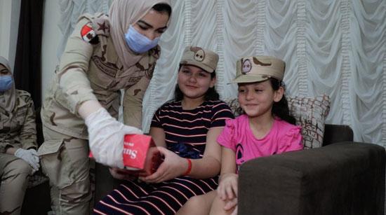 السيسى يقدم هدايا عينية ومادية لأبناء وأسر الشهداء والمصابين (1)