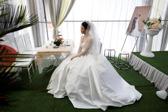 العروسة خلال جلسة التصوير