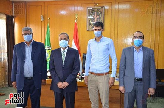 محافظ الإسماعيلية يكرم البطل إبراهيم عميرة (1)