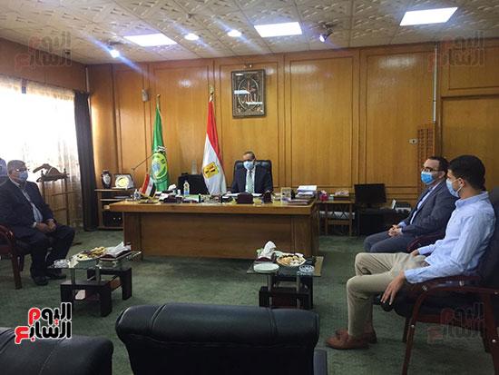 محافظ الإسماعيلية يكرم البطل إبراهيم عميرة (9)