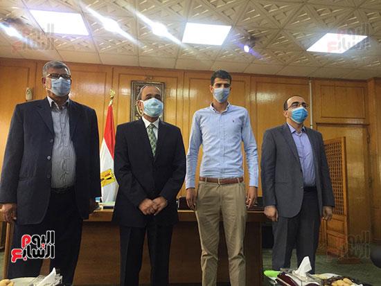محافظ الإسماعيلية يكرم البطل إبراهيم عميرة (10)