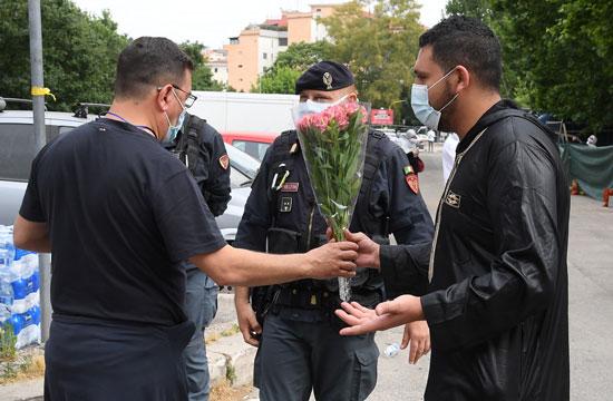 أحد المصليين يقدمون الورود لرجال الشرطة