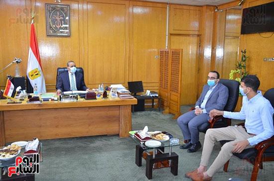 محافظ الإسماعيلية يكرم البطل إبراهيم عميرة (8)
