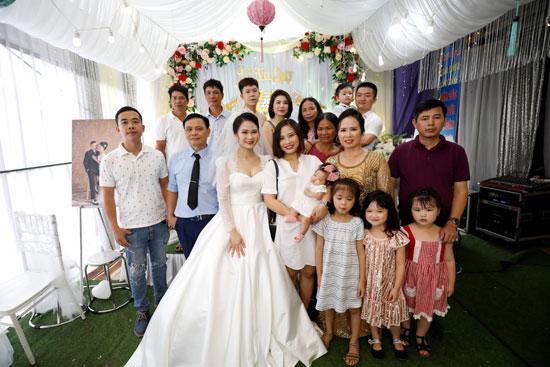 صورة للعروسان مع أقاربهما