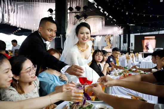 العروسان أثناء تحيتهم للحضور