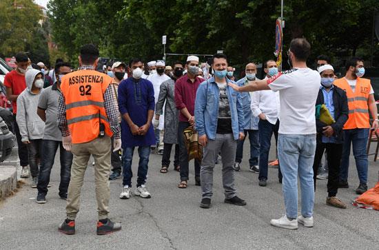 توافد المصليين على الساحة