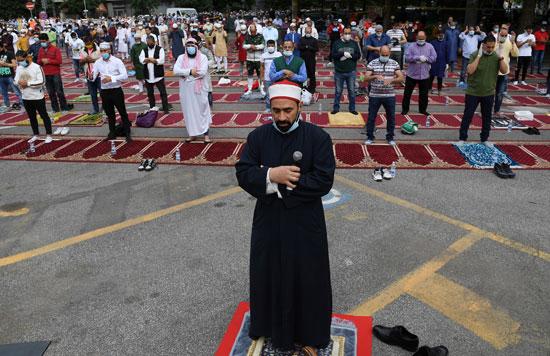 الإمام يؤم المصليين