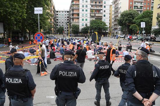 الشرطة الإيطالية تحيط بالمصليين