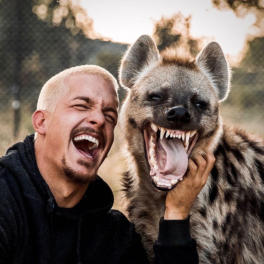 مروض الحيوانات دين شنايدر يفاجئ جمهوره بجلسة تصوير مع ضبع وأسد  (1)