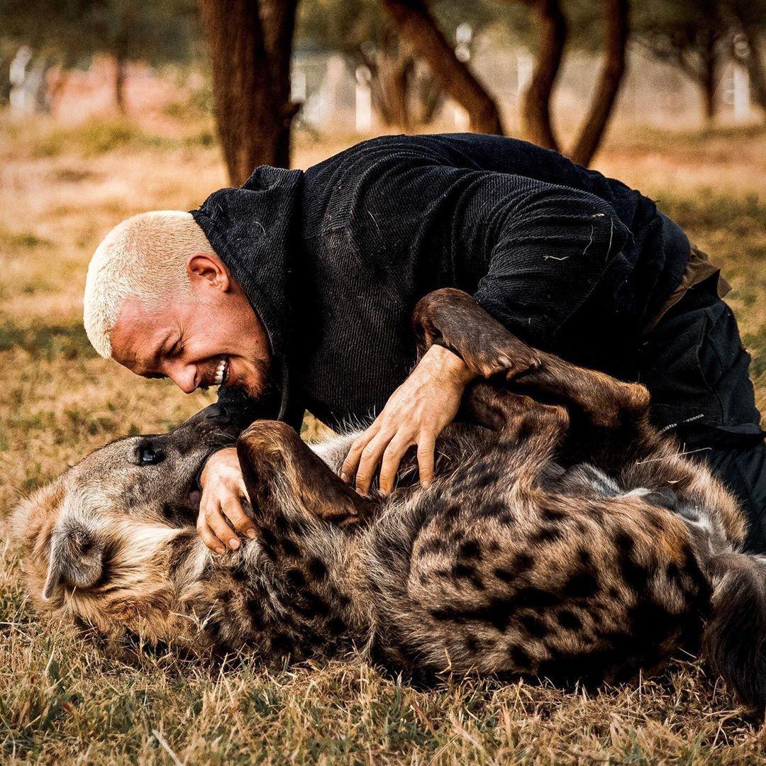 مروض الحيوانات دين شنايدر يفاجئ جمهوره بجلسة تصوير مع ضبع وأسد  (5)
