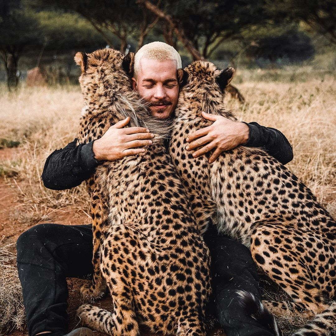 مروض الحيوانات دين شنايدر يفاجئ جمهوره بجلسة تصوير مع ضبع وأسد  (6)