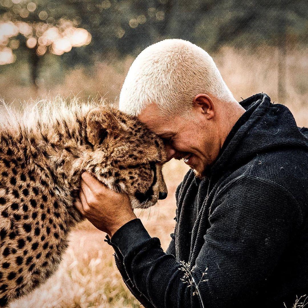 مروض الحيوانات دين شنايدر يفاجئ جمهوره بجلسة تصوير مع ضبع وأسد  (8)