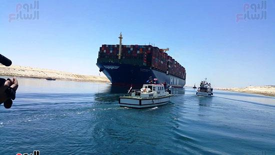 عبور أكبر سفينة حاويات بالعالم (9)