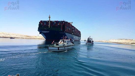 عبور أكبر سفينة حاويات بالعالم (11)