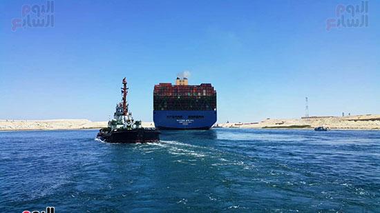 عبور أكبر سفينة حاويات بالعالم (4)