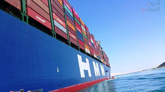 عبور أكبر سفينة حاويات بالعالم (3)