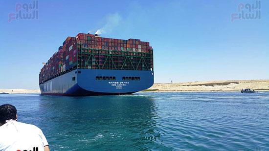 عبور أكبر سفينة حاويات بالعالم (6)