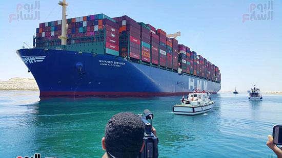 عبور أكبر سفينة حاويات بالعالم (7)