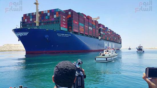 عبور أكبر سفينة حاويات بالعالم (8)